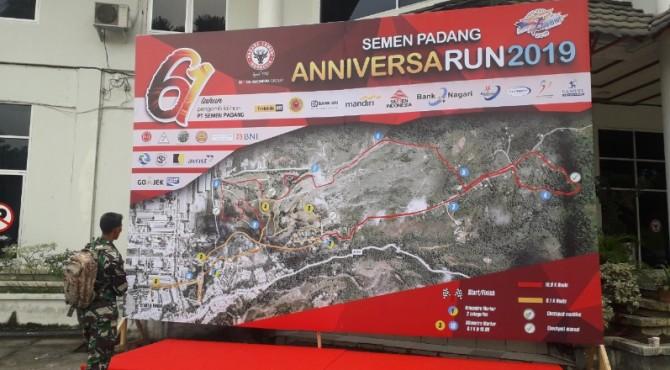 Salah seorang peserta Anniversarun PT Semen Padang dari TNI AL tengah melihat peta rute jalur lomba lari yang dipajang panitia di halaman GSG Semen Padang, Sabtu, 6 Juli 2019