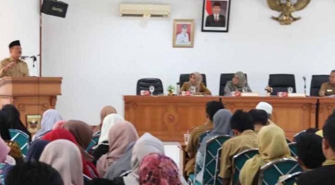 Wabup Zuldafri Darma membuka rapat koordinasi dengan jajaran Perum Bulog.