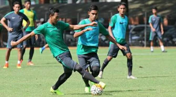 Para pemain Timnas U-22 menggelar latihan.