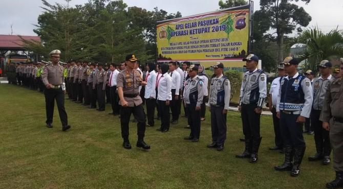 Kapolres Sijunjung AKBP Driharto Saat Mengecek Kesiapan Pasukan Dalam Apel Gelar Pasukan Operasi Ketupat Singgalang di Mapolres Sijunjung, Selasa 28 Mei 2019