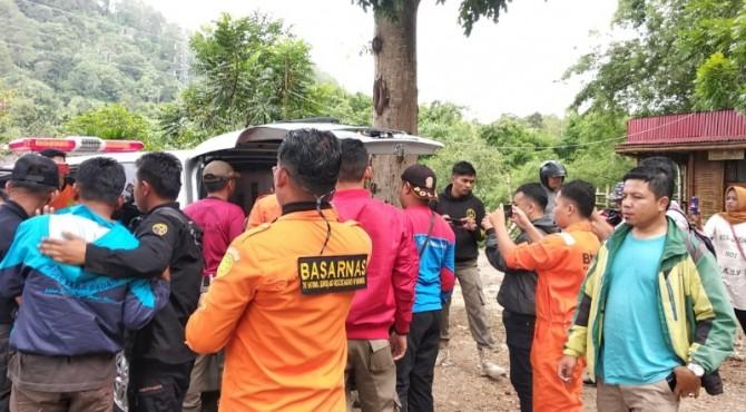 Proses evakuasi korban Innova masuk Batang Agam