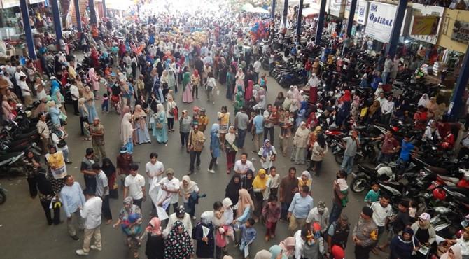 Ribuan warga Kota Payakumbuh yang menunggu Sandiaga Uno di kanopi Pasar Payakumbuh.