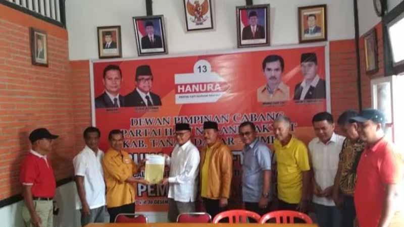 Zuldafri Darma mendaftar ke Partai Hanura Tanah Datar.