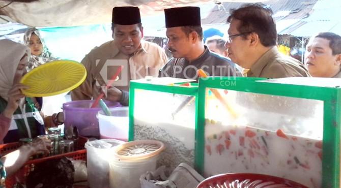 Wabup Paadang Pariaman, Kepala BBPOM Sumbar dan Dinas Kesehatan saat melakukan pemeriksaan pada makanan yang dijual untuk berbuka puasa di pasar Sicinci, Lubuk Alung