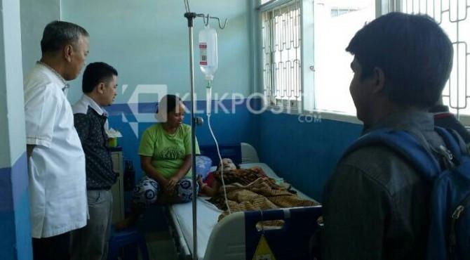 Bupati Tanah Datar Irdinansyah Tarmizi didampingi Ketua IKLB Padang Indra Jaya membezuk Aura di RSUP M Djamil Padang.