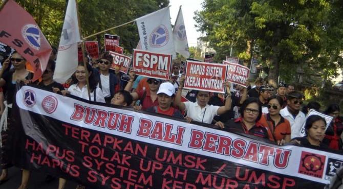 Aliansi Buruh Bali Bersatu melakukan orasi saat peringatan Hari Buruh Sedunia (May Day) di Monumen Bajra Sandhi Denpasar, Minggu (1/5). Dalam aksi tersebut, buruh menolak upah murah, menghapus system outsourcing, menghapus sistem kontrak dan menolak pemutusan hubungan kerja sepihak.