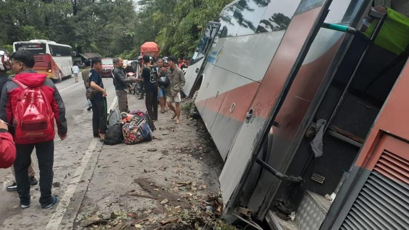 Bus Pariwisata masuk parit setelah menabrak Kijang Innova di Sitinjau Lauik