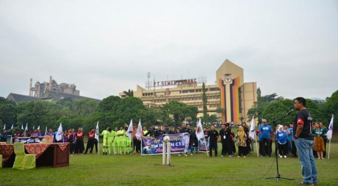 Dirut Semen Padang Yosviandri memberikan kata sambutan saat pembukaan Liga Alumni Cakar PT Semen Padang.