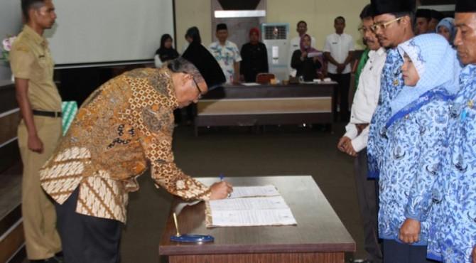 Bupati Solok menandatangani sumpah dan janji para honoror K-2 yang diangkat menjadi PNS di lingkungan Pemerintahan Kabupaten Solok, Jumat (13/5)