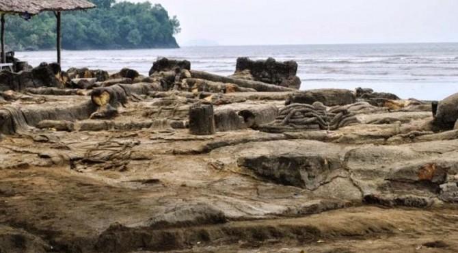 Objek Wisata Batu malin Kundang di Pantai Air Manis