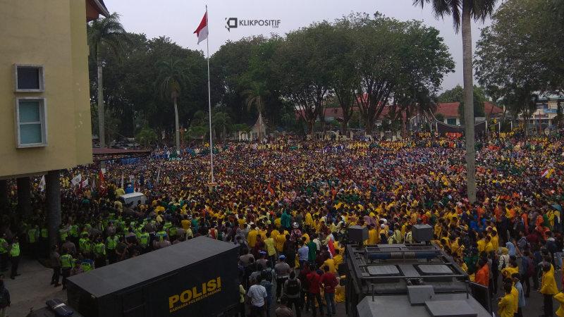 Ribuan mahasiswa se Sumbar duduki kantor gubernur