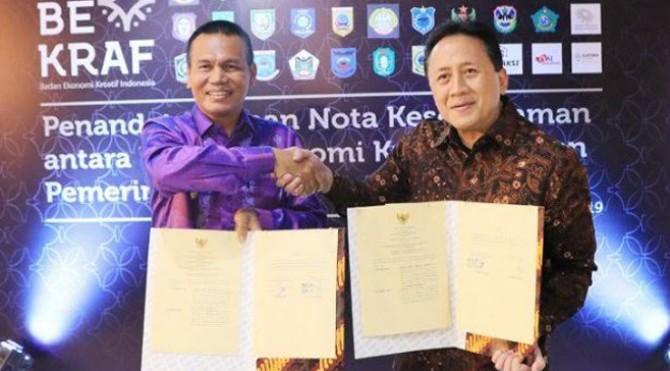 Wali Kota Pariaman, Genius Umar bersalaman dengan Kepala Bekraf, Triawan Munaf, setelah penandatanganan MoU,di Gedung Bekraf, Jakarta.