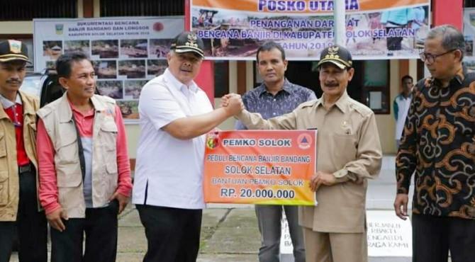 Wako Solok H. Zul Elfian menyerahkan bantuan uang dan beras untuk Solok Selatan
