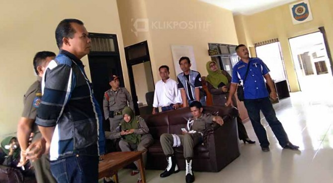 Petugas dari Dinas Satpol PP dan Damkar Pasaman bersama awak media menunggu hasil pemeriksaan dua PNS yang diduga berbuat asusila.