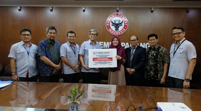 PT Semen Padang melalui Social Responsibility (CSR) kembali menyerahkan beasiswa pendidikan untuk mahasiswa fresh graduated yang akan melanjutkan pendidikan pascasarjana di Universitas Andalas