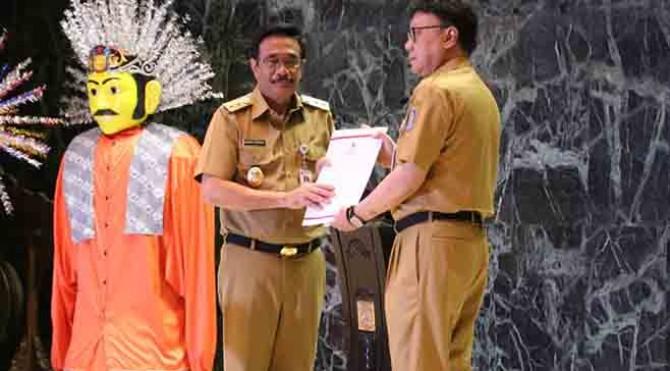 Plt Gubernur DKI Jakarta Djarot Saiful Hidayat, menirima mandat dari Menteri Dalam Negeri (Mendagri) Tjahjo Kumolo