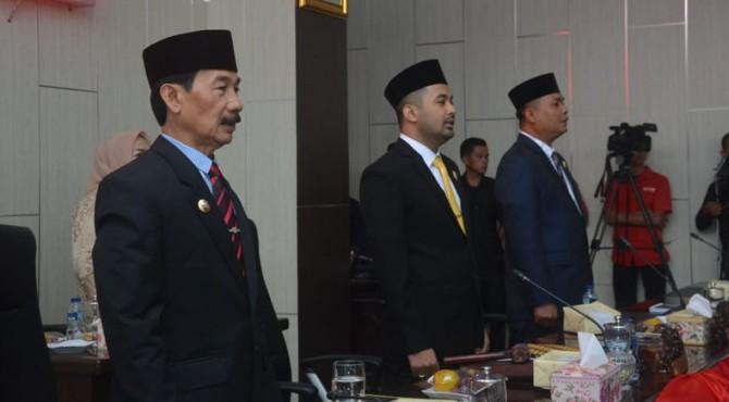 Zigo Rolanda (Tengah) pimpinan Sementara DPRD memimpin Sidang Paripurna  setelah menerima Palu Ketua Dari Sidik Ilyas.