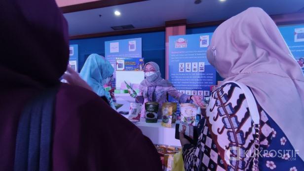 Stand Rendang Mak Yus saat ramai dikunjungi pada acara Karya Kreatif Indonesia (KKI) 2021 Seri 1