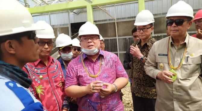 Mentri PPN Bambang Bodjonegoro saat mengungjungi Pembangkit listrik tenaga biomassa di Saliguma, Selasa (17/9)