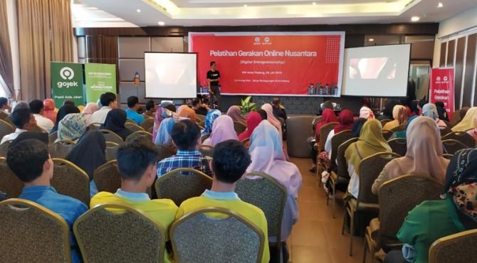 Pelatihan Gerakan Online Nusantara (Digital Entrepreneurship) yang bertempat di HW Hotel Padang pada Kamis (25/7)