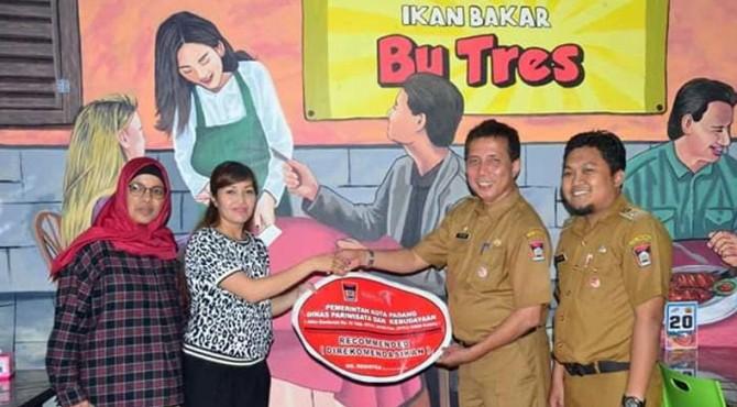 Pemberian tanda recommended kepada salah satu restoran di Kota Padang