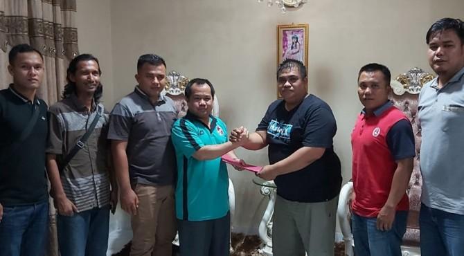 Wakil Bupati Ferizal Ridwan yang juga menjabat sebagai Ketua Askab PSSI 50 Kota bersama Presiden Klub Very Mulyadi saat proses merjer Solok FC dengan Equator Luak 50 menjadi Solok Equator Luak 50 FC atau SEL 50 FC