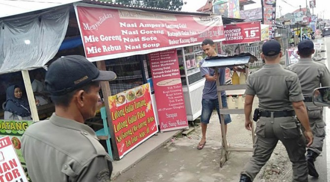 Salah satu penertiban terhadap PKL yang dilakukan Satpol PP Payakumbuh.