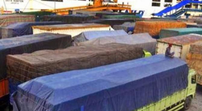 Truk besar yang mengantre di Pelabuhan Bakauheni Lampung