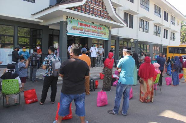 42 warga Puluik Puluik-Pessel saat dibolehkan pulang usai masa karantina