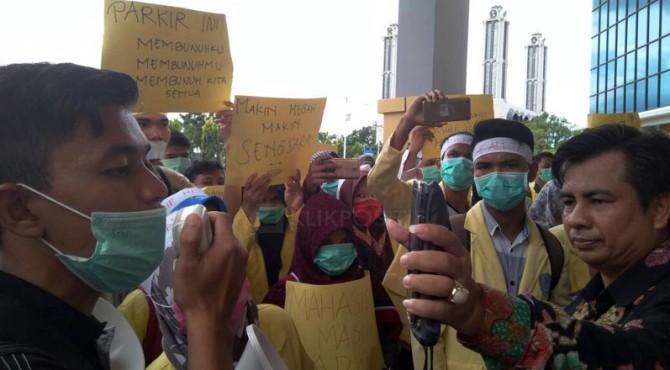 Perwakilan Rektor memperlihatkan pesan dari Rektor kepada para peserta demo di Kampus UNP.