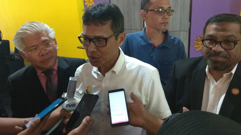 Gubernur Sumbar, Irwan Prayitno didampingi GM Pelindo II Cabang Teluk Bayur, Armen Amir dan Direktur Utama Apical Group, Bestadrian Prawiro diwawancarai awak media usai groundbreaking kerjasama di Hotel Inna Padang, Rabu (13/3).