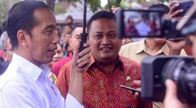 Presiden Jokowi menjawab wartawan usai mengunjungi Pasar Umum Sukawati, di , Kecamatan Sukawati, Kabupaten Gianyar, Bali, Jumat (14/6)