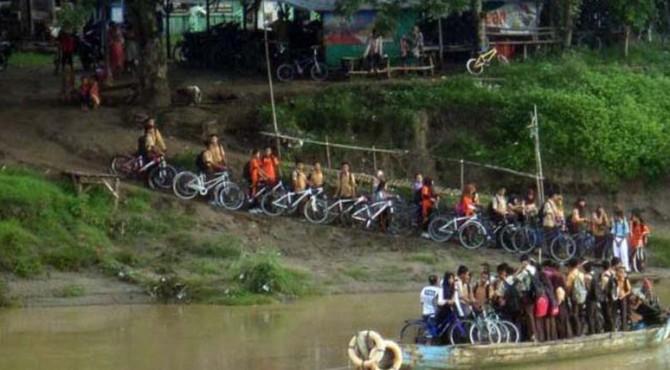 Selama UN semua siswa serta guru terpaksa menyewa kelotok (kapal motor) pulang-pergi ke sekolah