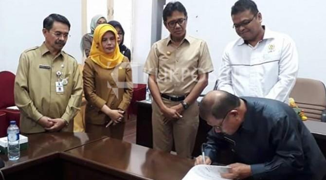 Bupati Padang Pariaman, Ali Mukhni saat menandatangani MoU pembangunan gedung Diklat yang disaksikan lansung oleh Kepala LAN-RI, Adi Suryanto dan Gubernur Sumbar, Irwan Prayitno