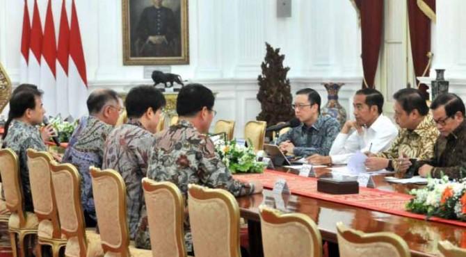 Presiden Jokowi didampingi sejumlah pejabat menerima pimpinan Hyunday Motors Group, di Istana Merdeka, Jakarta, Kamis (25/7)