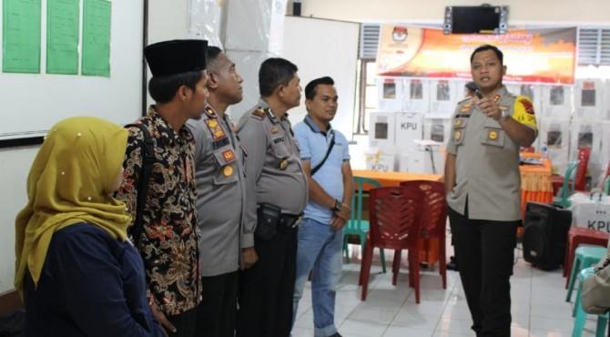 Kapolres Solok, AKBP Ferry Irawan berdiskusi dengan PPK Kecamatan Payung Sekaki.