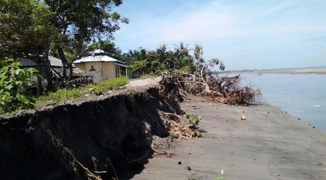 Kondisi abrasi yang terjadi di Pantai Pasaman Barat.