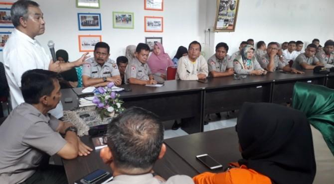 Aqua Dwipayana (baju putih) sahring komunikasi dan motivasi dengan jajaran BPBD Kota Padang, Senin (20/5/2019)