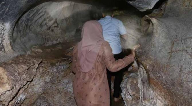 Camat Gunung Tuleh, Randy Hendrawan bersama istri saat jelajahi Goa Torus