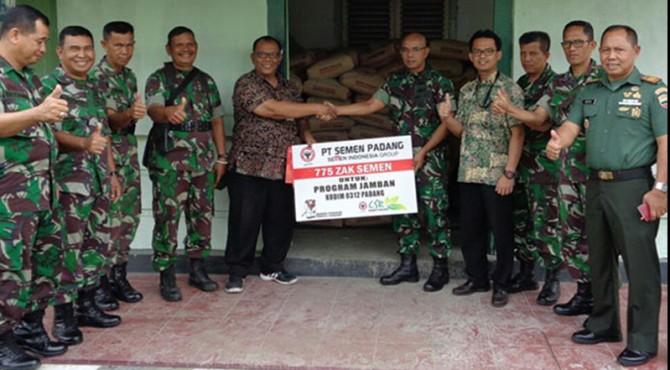 Staf CSR semen Padang, Dharmansyah, menyerahkan bantuan zak semen secara simbolis kepada kepada Kasim 0312 Padang