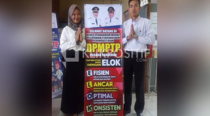 Petugas layanan perizinan Padang pariaman memiliki motto Melayani dengan Elok (Efektif, Lancar, Optimal dan Konsisten)