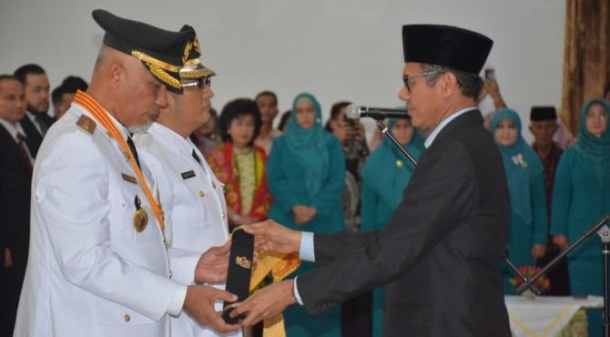 Gubernur Sumbar Irwan Prayitno saat melantik Walikota Padang Mahyeldi Ansharullah dan Wakilnya Hendri Septa