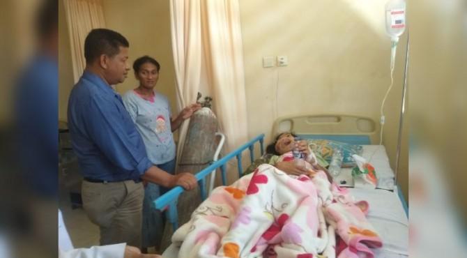 Anggota DPRD Kabupaten Sijunjung dari Partai Gerindra Indrawadi Saat Membesuk Sonia Lorenza
