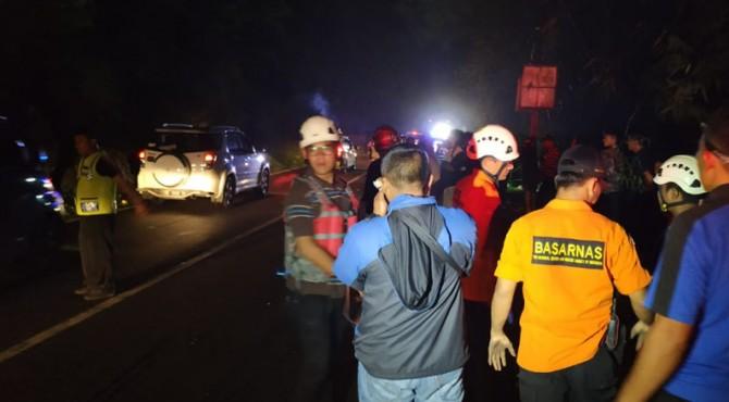 Proses pencarian korban minibus jenis Innova yang jatuh di PLTA Agam, Minggu, 9 Juni 2019.
