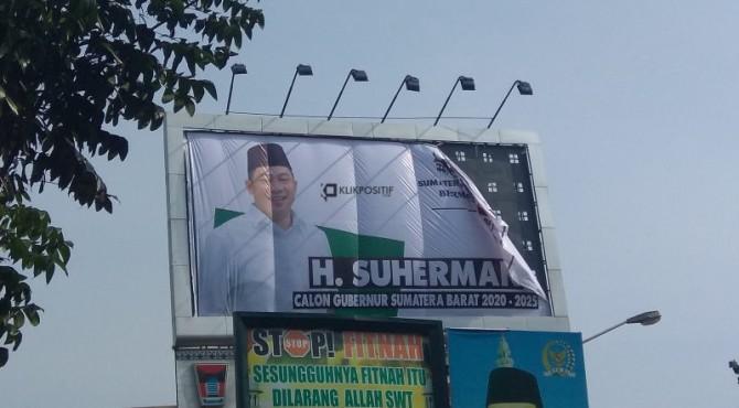 Baliho besar Suherman di jalan Hamka dekat Basko Hotel Kota Padang