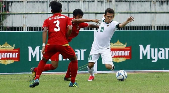 Egy Maulana Vikri saat berduel dengan pemain Myanmar, Minggu (17/09/2017)