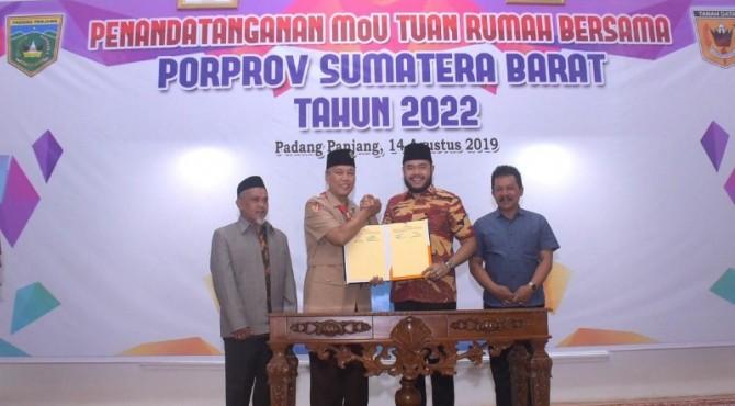 Wakil Walikota Padang Panjang Fadli Amran dan Bupati Tanah Datar Irdinansyah Tarmizi menandatangani nota kesepakatan