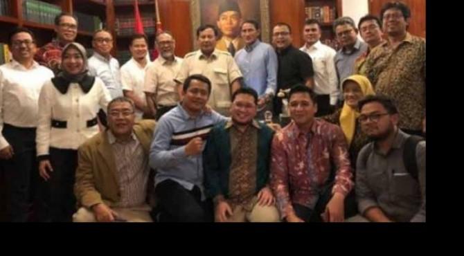 Prabowo Subianto berfoto dengan tim kuasa hukum setelah putusan MK