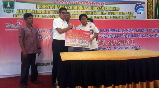 General Manager Telkom Witel Sumbar, Darmawi bersama Gubernur Sumbar, Irwan Prayitno memperlihatkan total bantuan untuk UMKM di Sumbar.