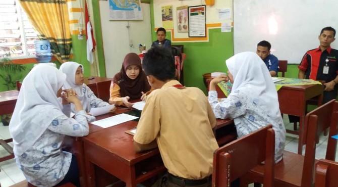 Pelajar SMP di Lubuk Kilangan, Kota Padang, tengah mengikuti ujian diskusi yang diselenggarakan CSR Semen Padang dan Yayasan Putra Sampoerna Foundation di SMP Semen Padang. Ujian ini merupakan salah satu rangkaian seleksi Sampoerna Akademy Boarding School.
